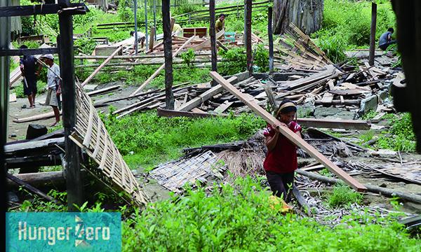 アルサビ学校の校舎の木材を運ぶ-1.jpg