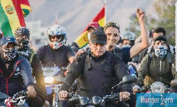 バイクで政府支持派の侵入を阻止する若者たち.jpg